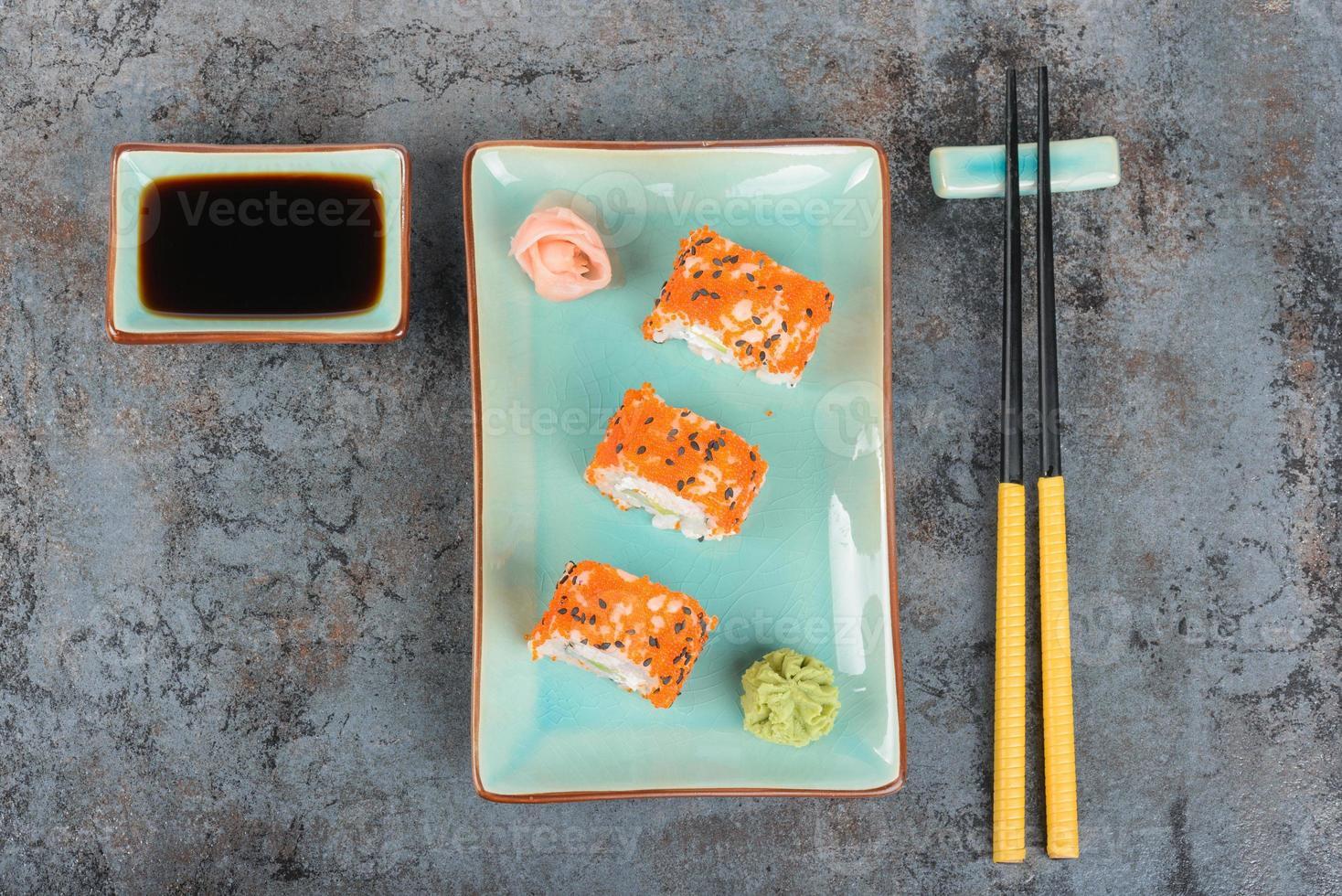 rolos de sushi em cima da mesa. vista do topo. foto