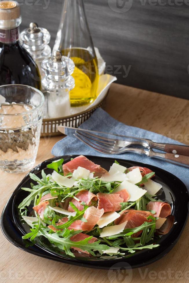 salada de rúcula com parmesão ralado e presunto crudo foto