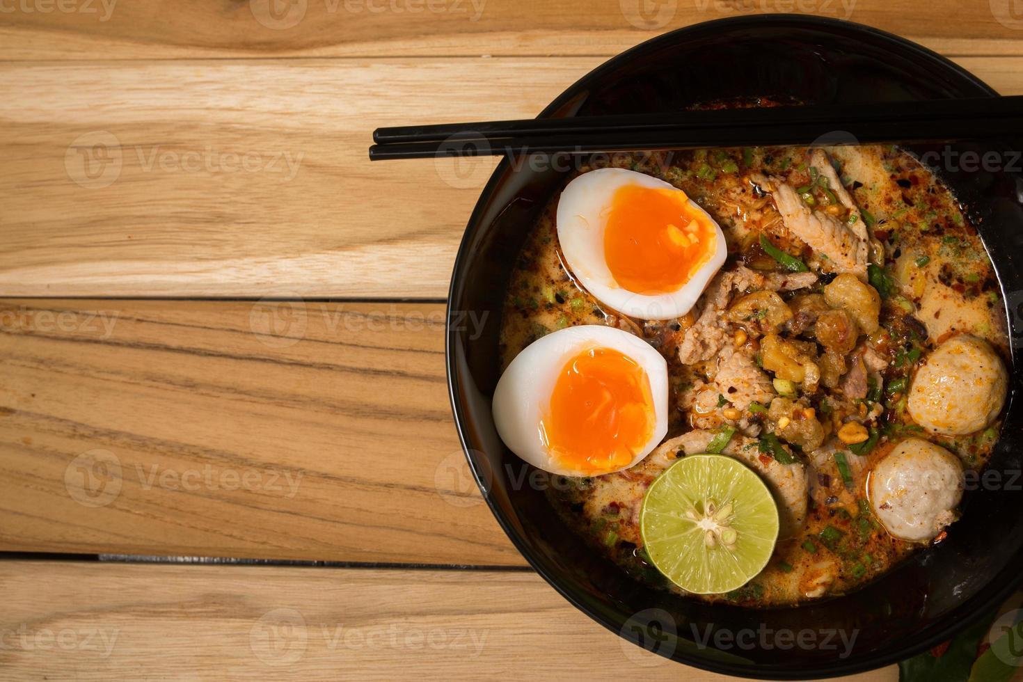 tigela de macarrão com legumes e ovo cozido foto