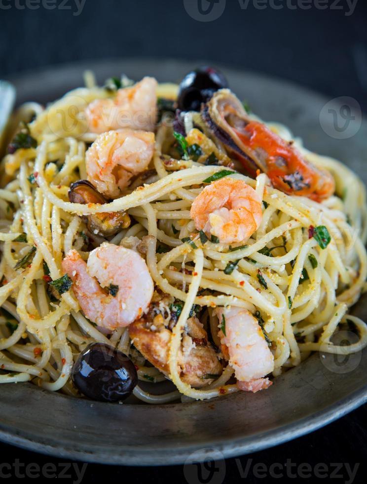 massas italianas aglio olio com frutos do mar foto