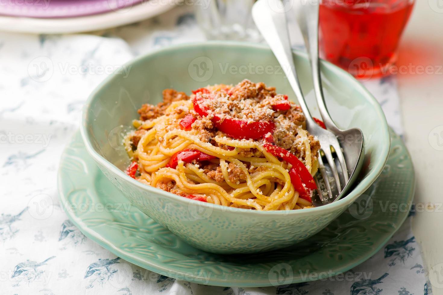 espaguete com carne moída e pimenta foto