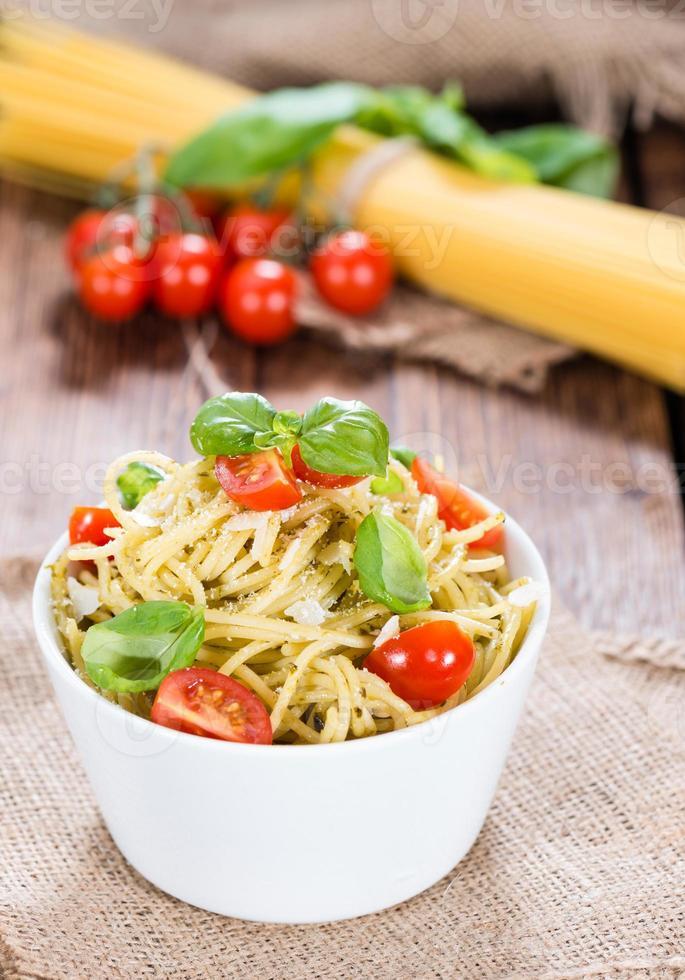 porção de espaguete com pesto foto