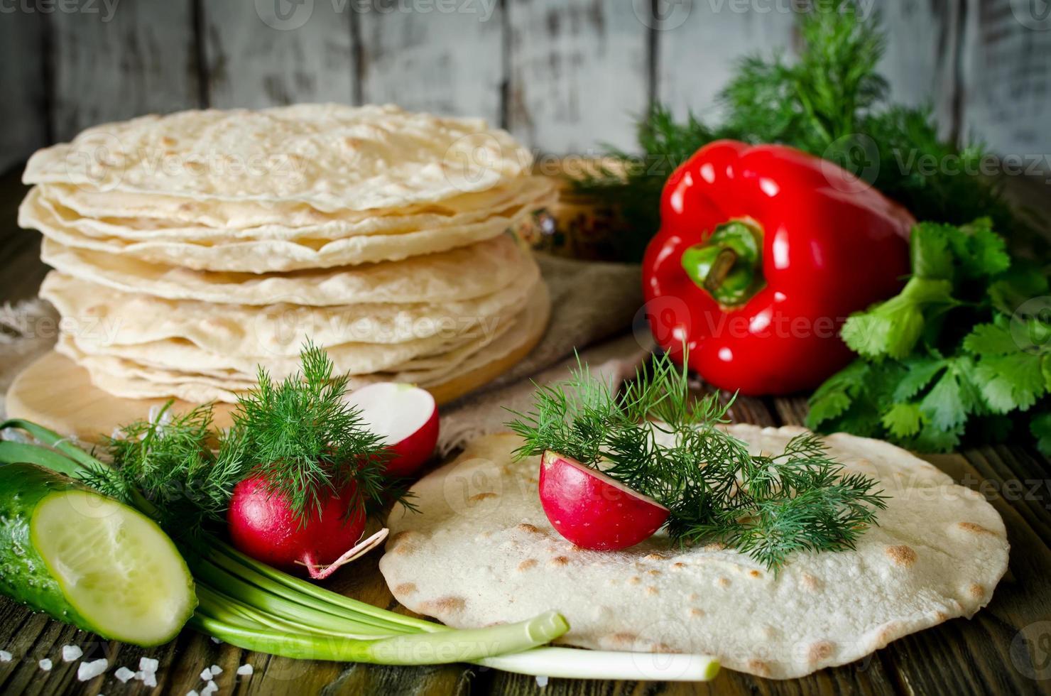 envoltórios de tortilla com legumes foto