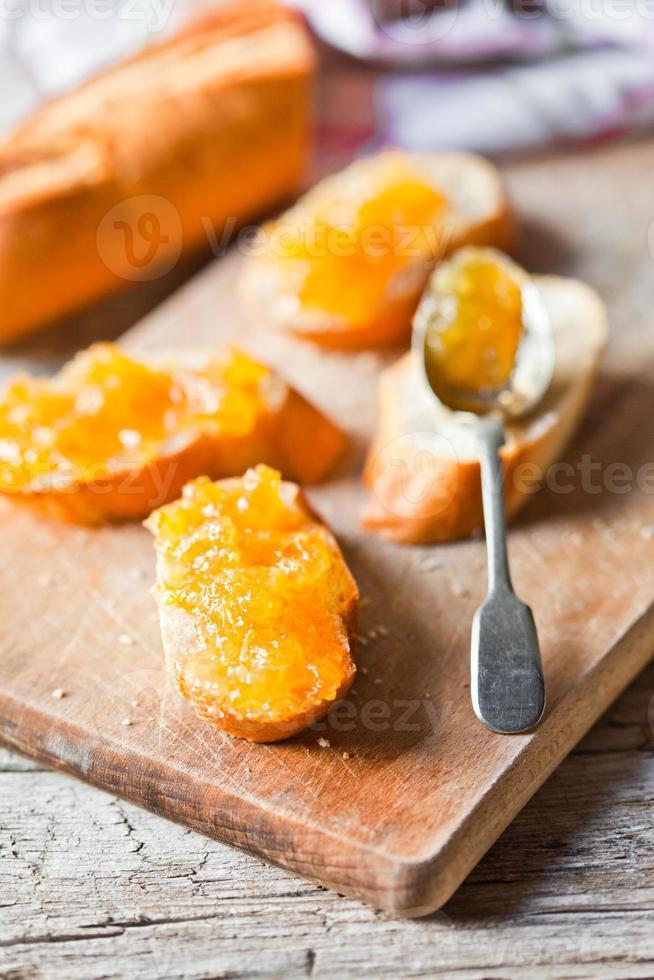 pedaços de baguete com geléia de laranja foto