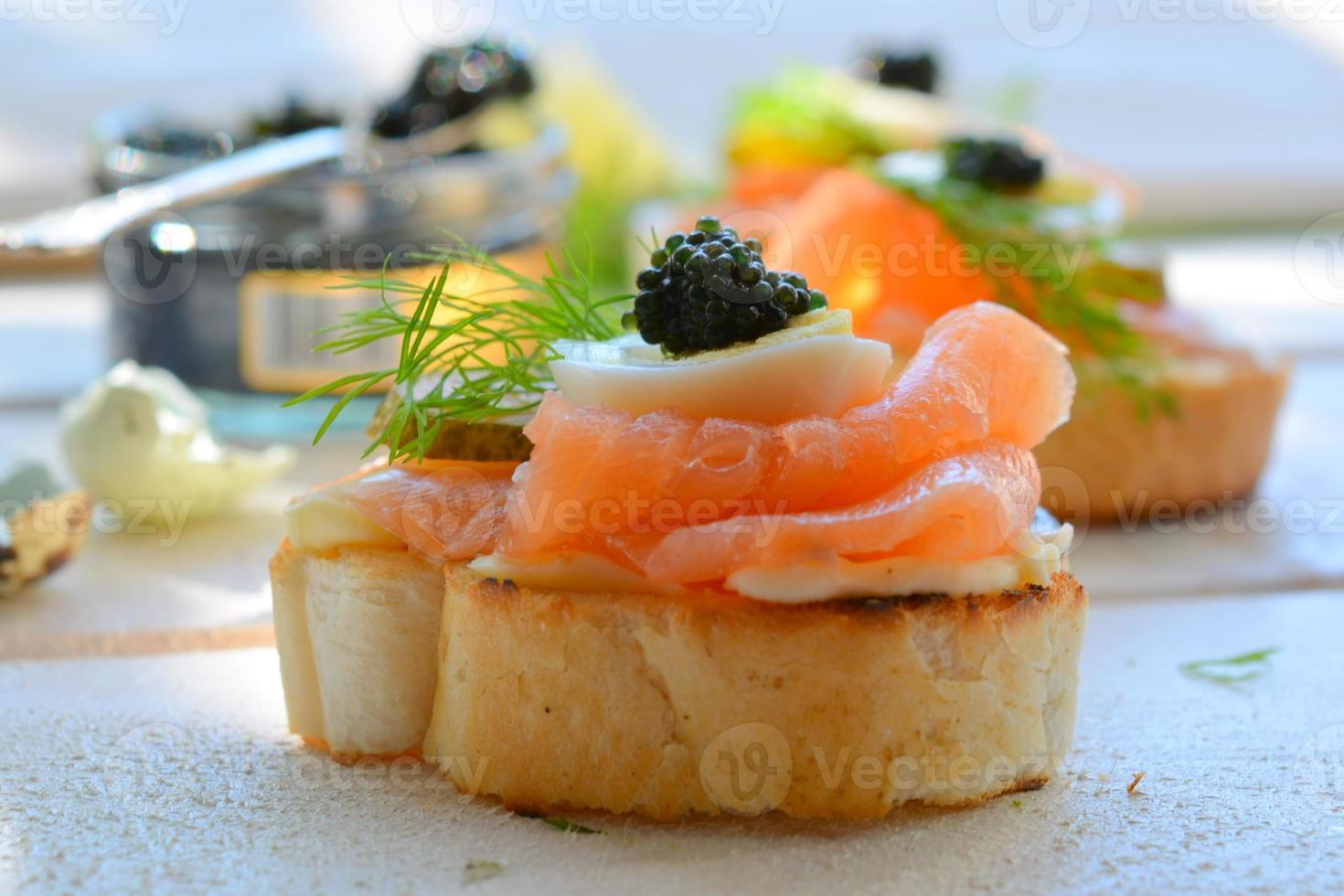 aperitivo de sanduíche de salmão defumado foto