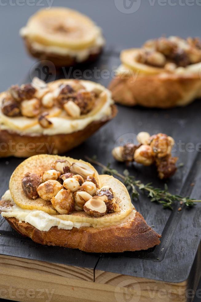 bruschetta com queijo, maçã e nozes foto