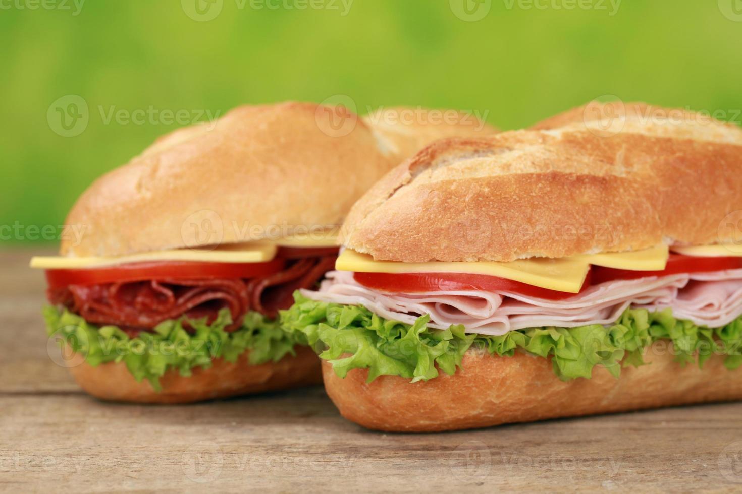 sanduíches sub com salame e presunto foto