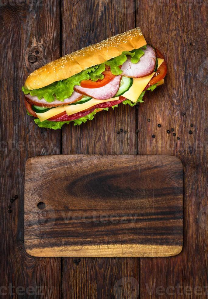 sanduíche com salame, queijo e legumes foto