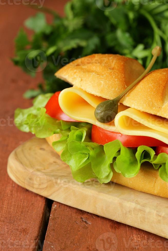 sanduíche fresco com legumes, salada verde e queijo foto
