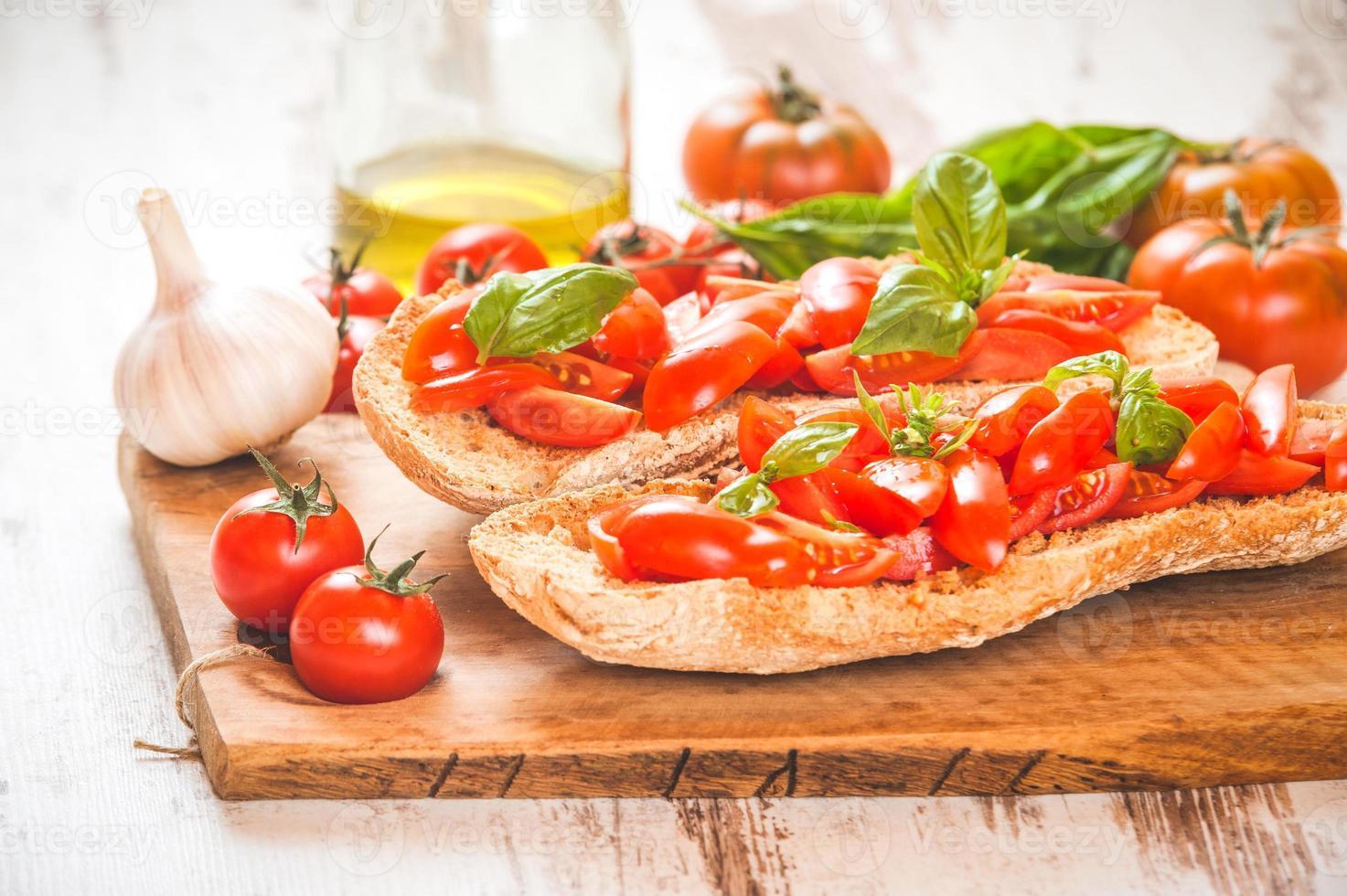 entrada italiana, bruschetta com tomate fresco vermelho siciliano em um foto