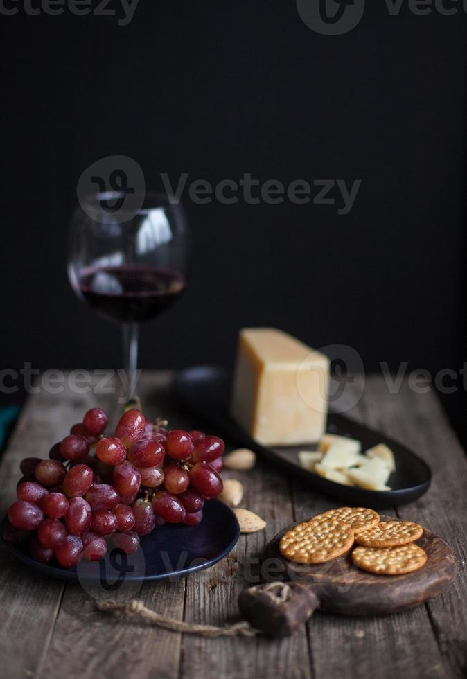 queijo vinho e uvas foto