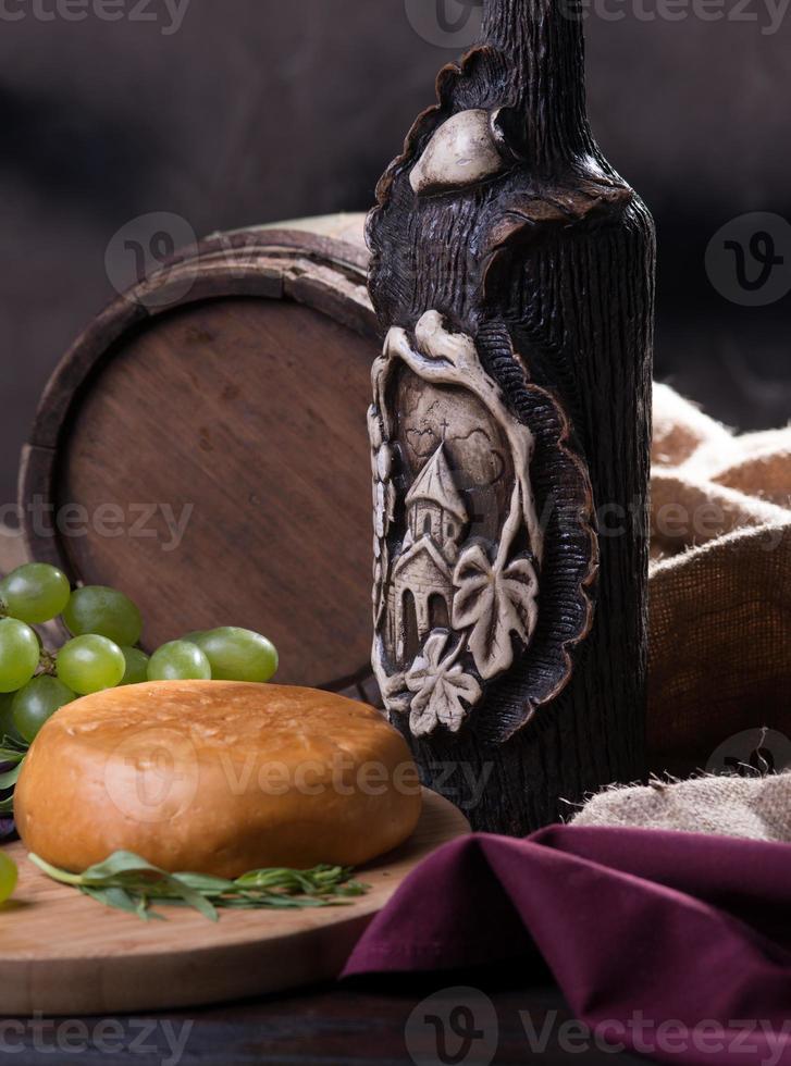 tambor, queijo, uma garrafa de vinho e uvas foto