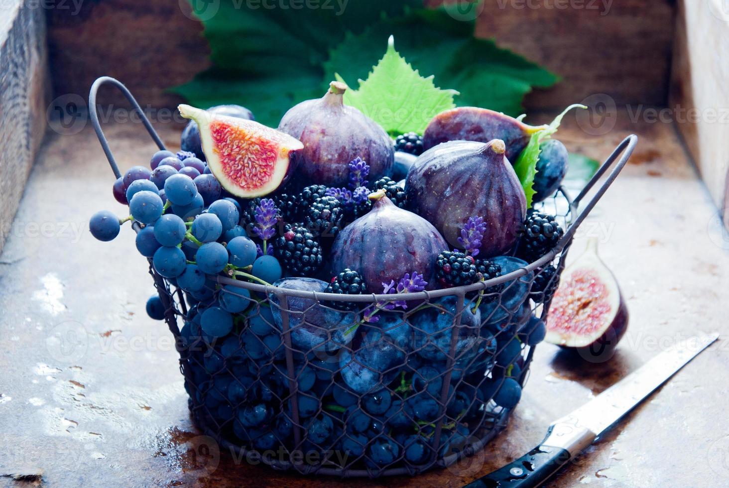 figos frescos, uvas, ameixas secas e amora preta foto
