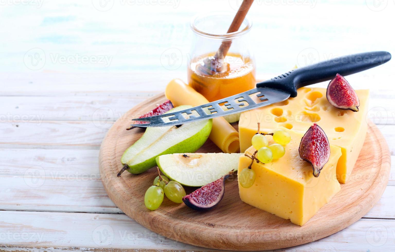 queijo, figos, pera e mel foto