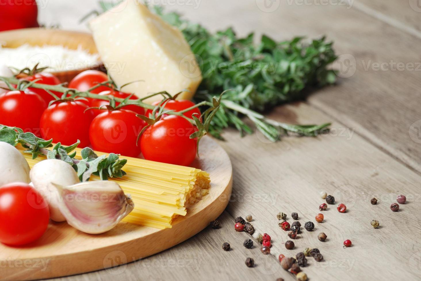 ingredientes da massa na mesa de madeira foto