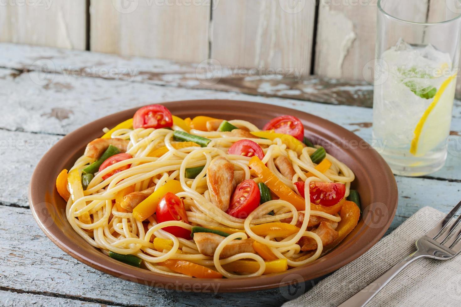 espaguete com frango filé de pimenta e tomate foto