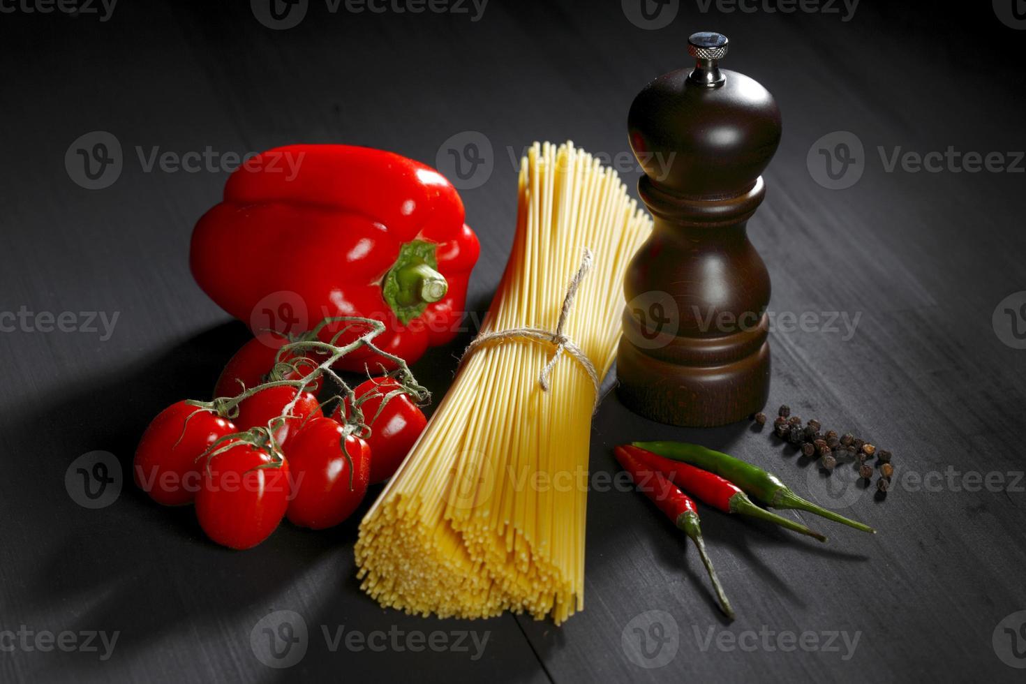 ingredientes da massa na mesa preta foto