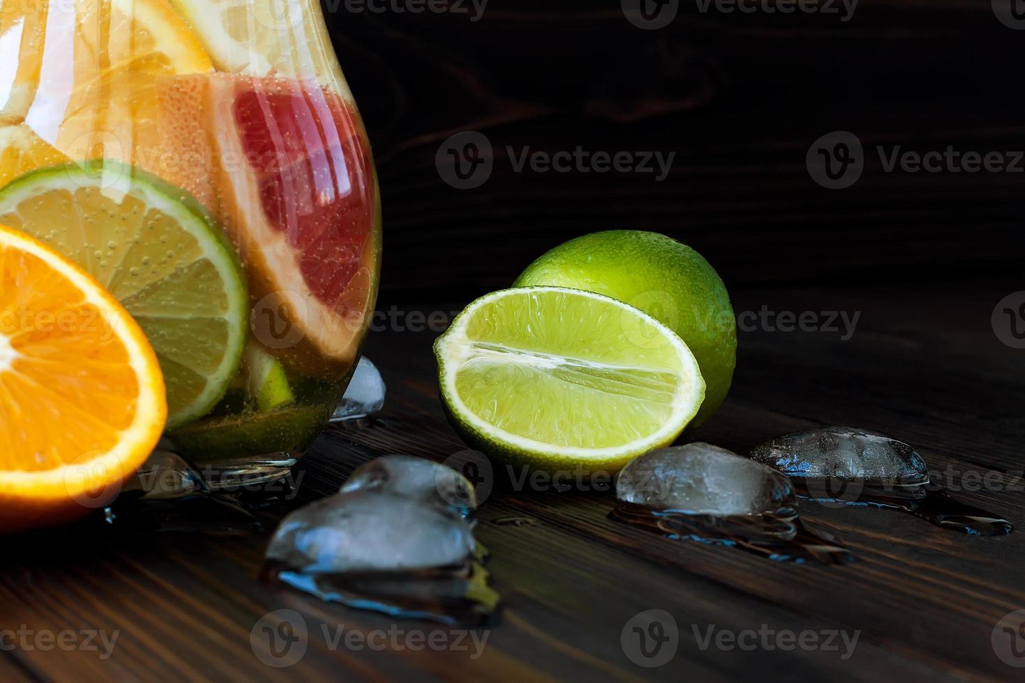 desintoxicação de água cítrica. refrescante limonada caseira de verão foto