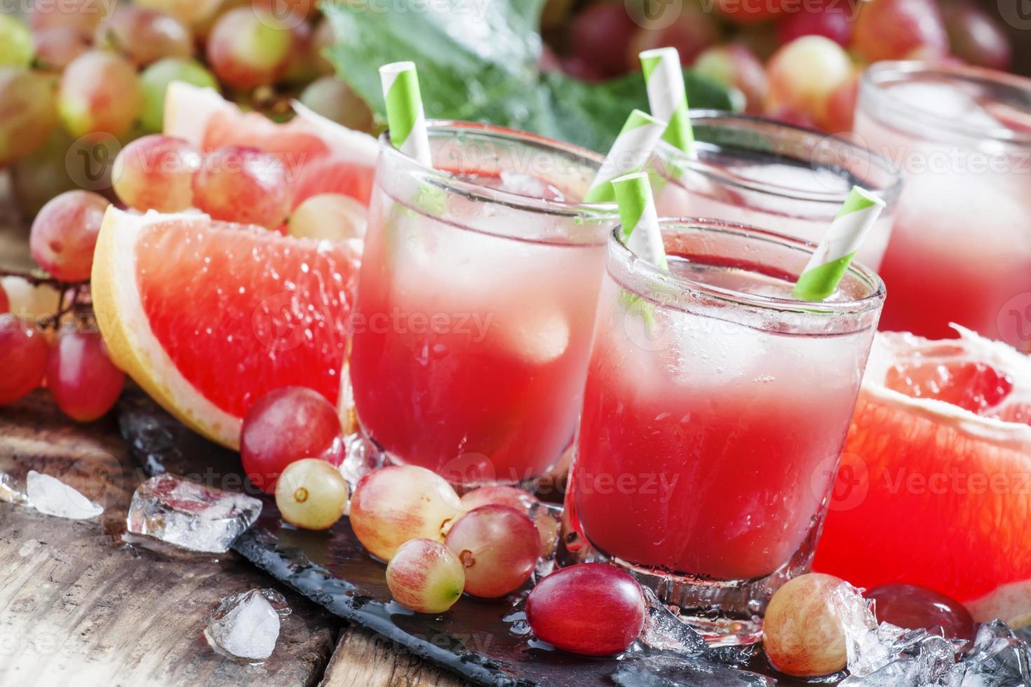 coquetel de uva e toranja com gelo picado foto