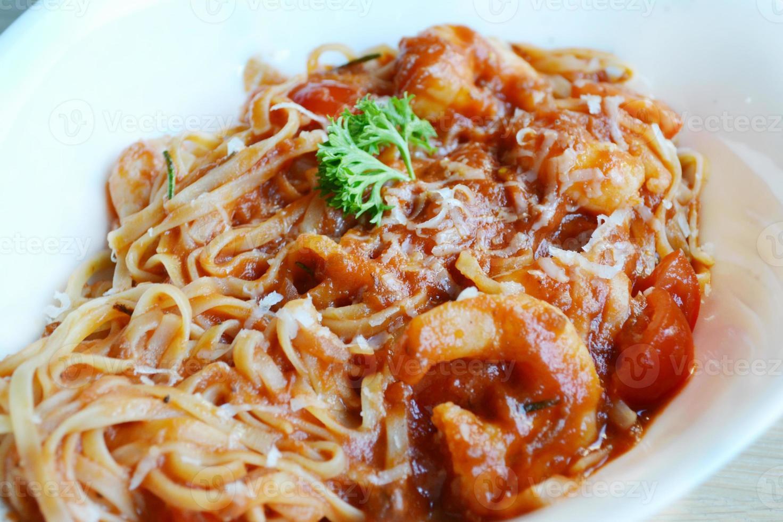 espaguete de macarrão delicioso tomate com camarão e outros frutos do mar foto