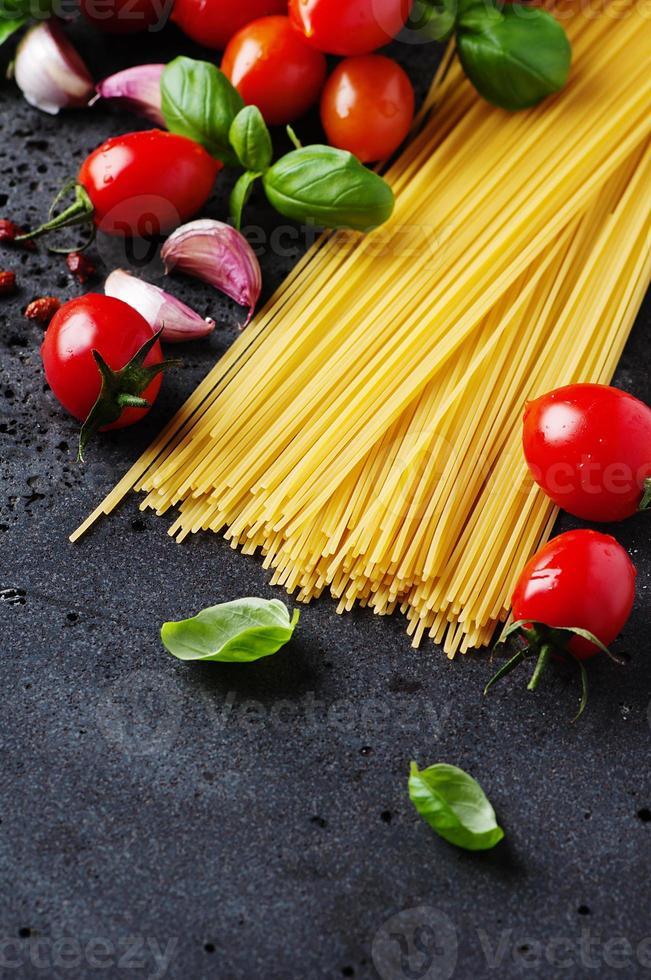 espaguete cru com tomate e manjericão foto