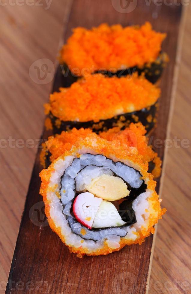 sushi japonês comida japonesa tradicional. rolo feito de fis defumado foto
