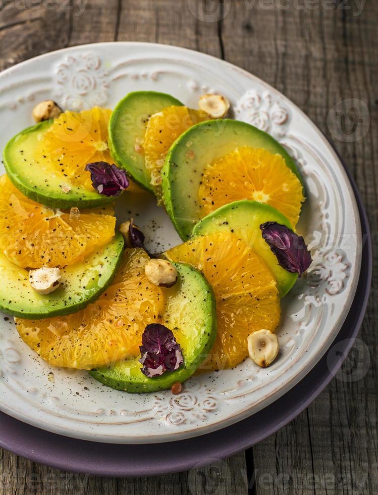 aperitivo de abacate, laranja com manjericão roxo e avelãs foto