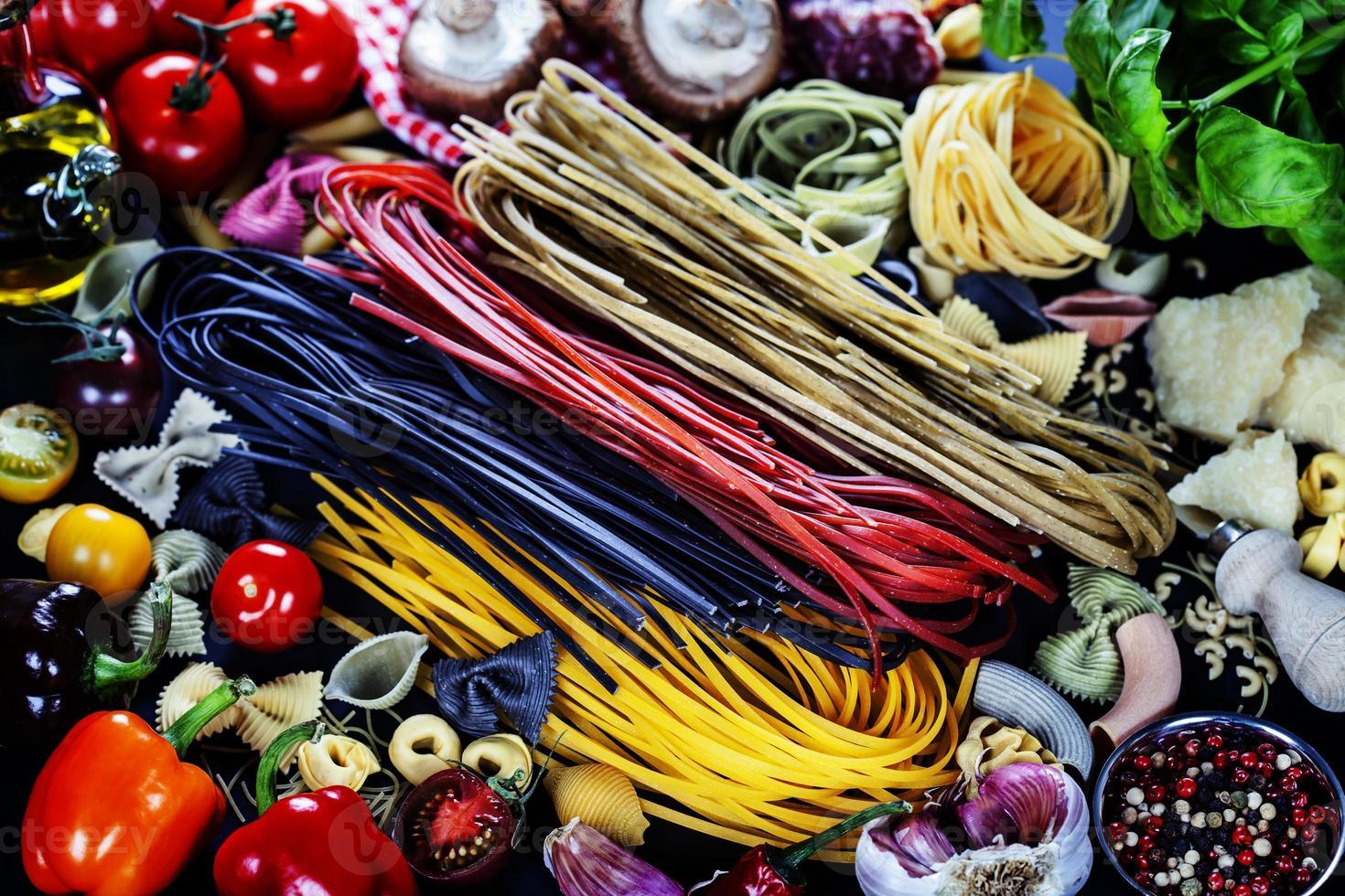 ingredientes italianos - macarrão, legumes, temperos, queijo foto