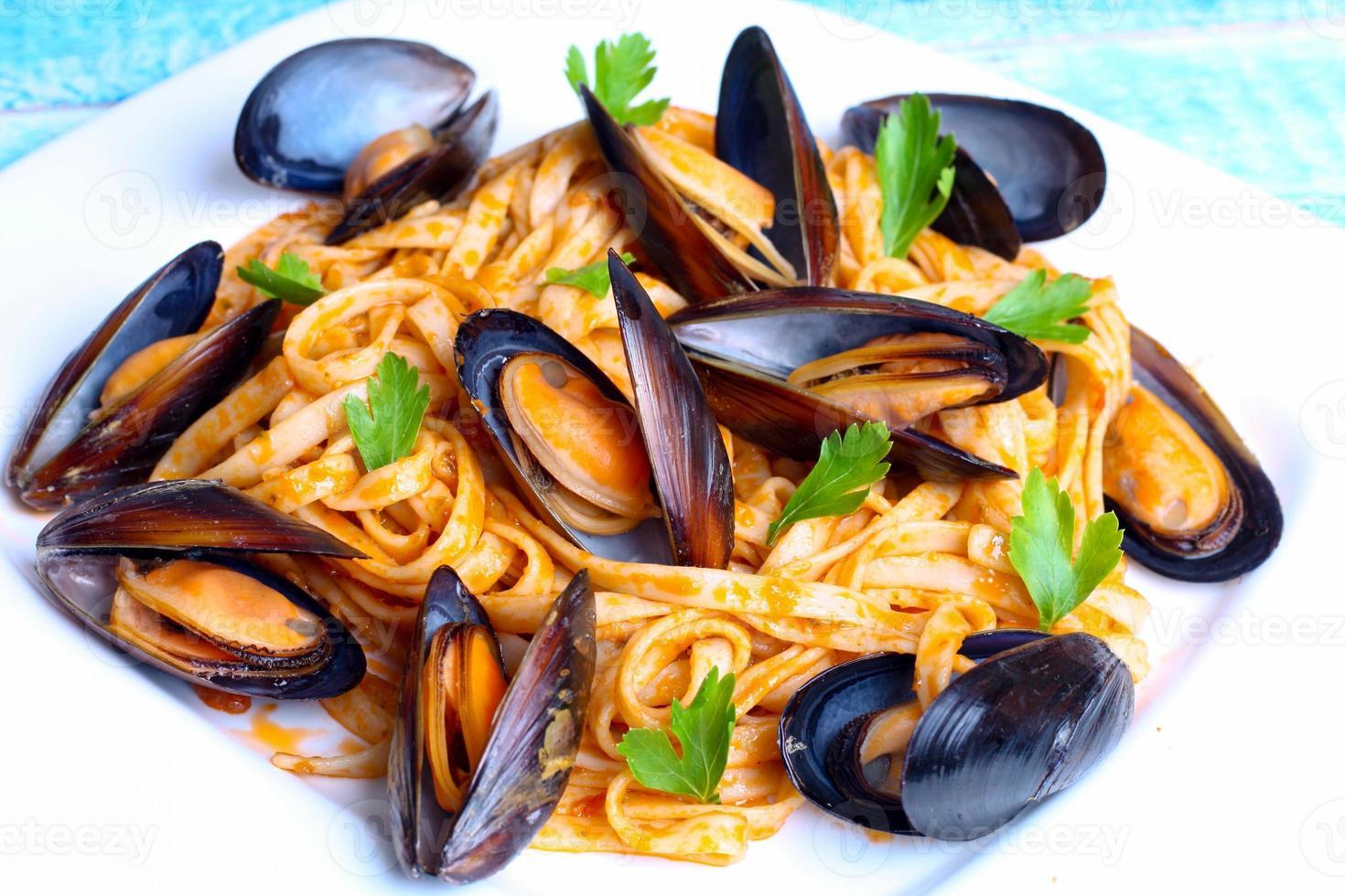 macarrão com frutos do mar mexilhões foto