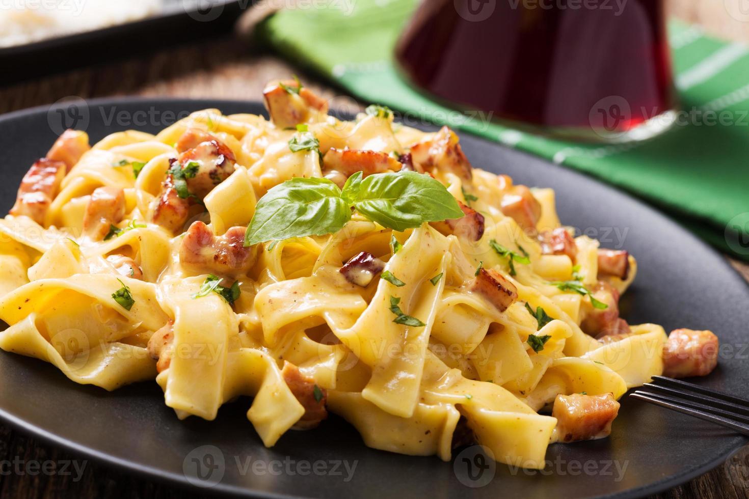 macarrão à carbonara com bacon, manjericão e queijo foto