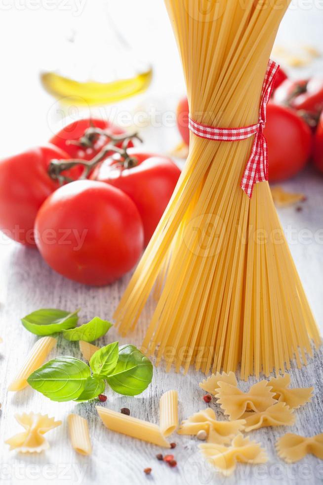 macarrão cru de azeite de tomate. cozinha italiana foto