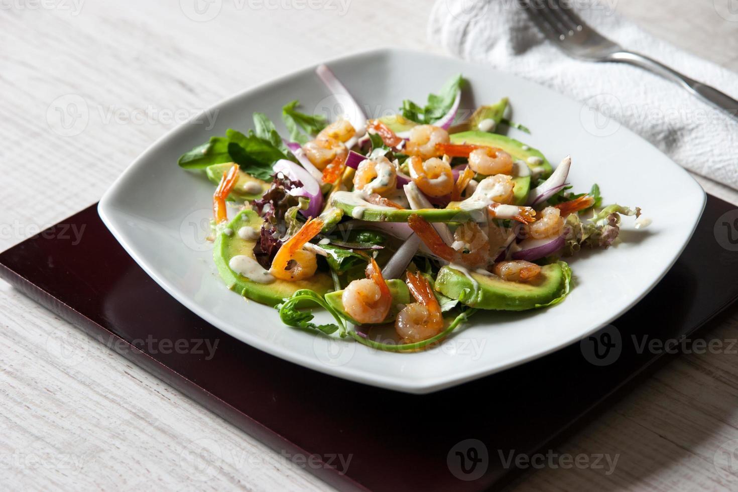 salada com abacate e camarão no prato quadrado de cerâmica horizontal foto