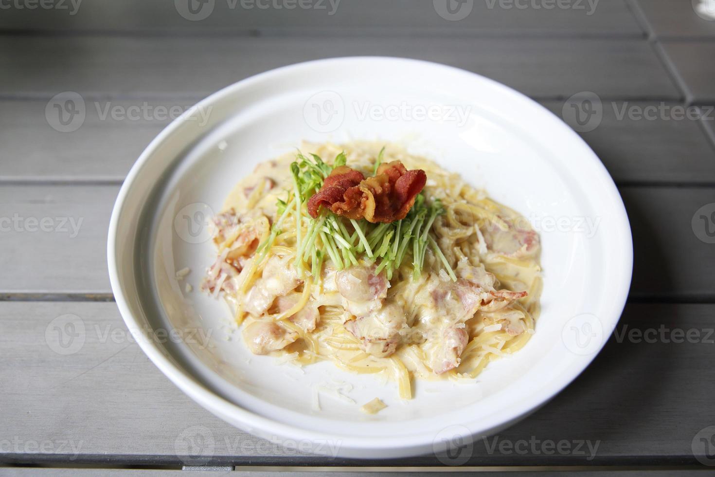 espaguete à carbonara com bacon foto