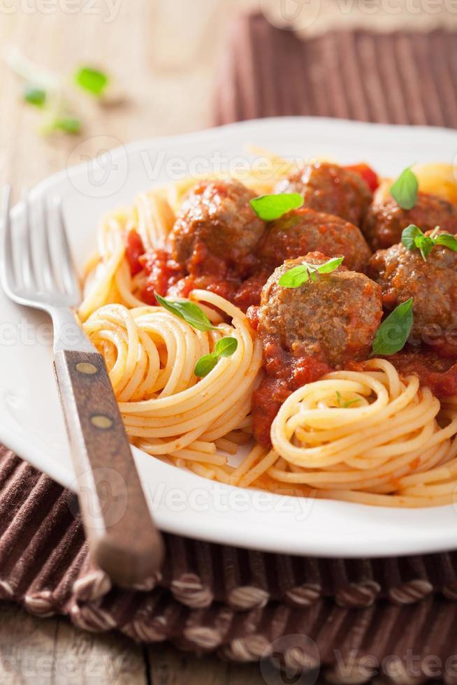 espaguete com almôndegas em molho de tomate foto
