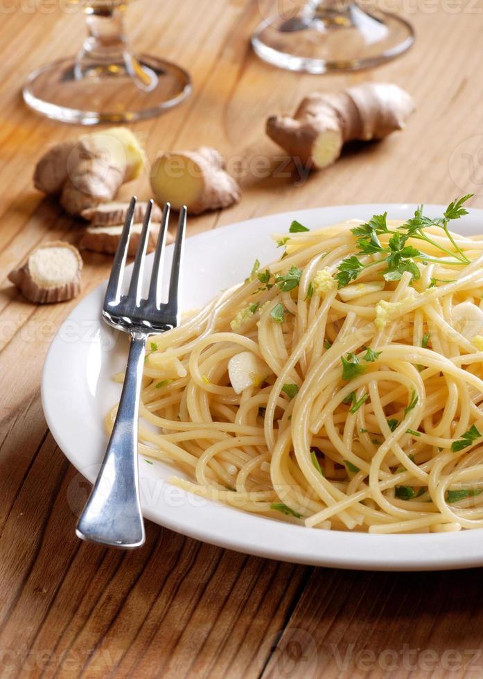 espaguete com gengibre e salsa foto