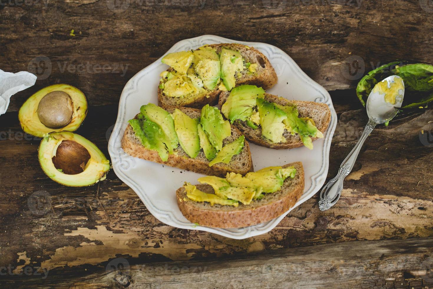 sanduíche de abacate em cima da mesa foto