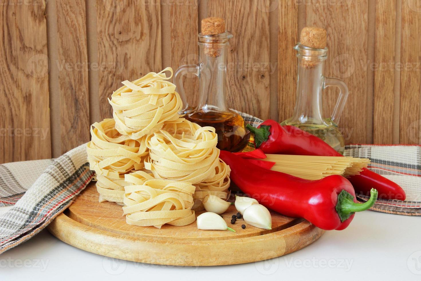 macarrão, pimentão, especiarias foto