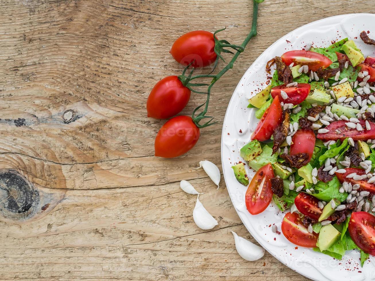 salada de legumes em uma mesa de madeira foto