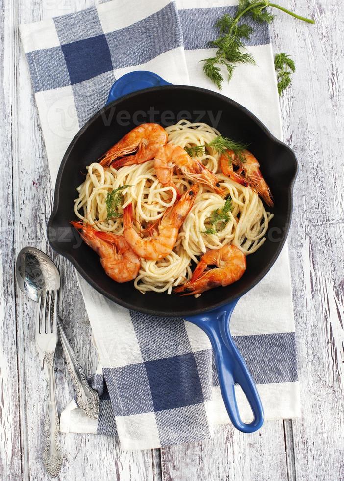 frigideira de espaguete de camarão com molho cremoso foto