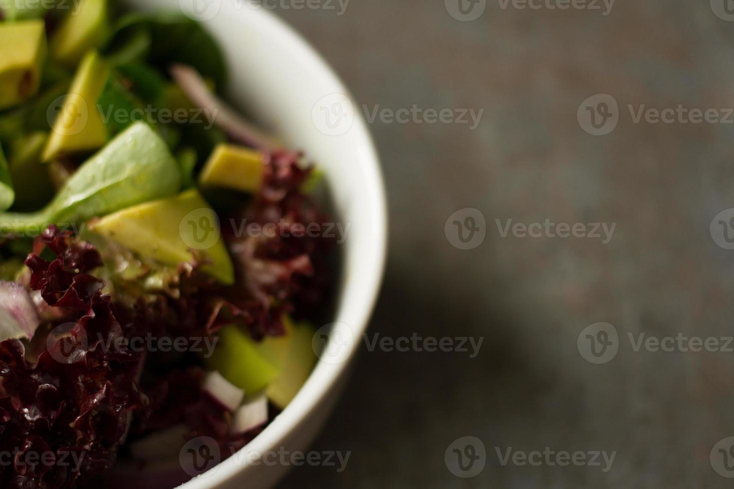 salada com folhas de abacate e cebola. para o almoço como dieta foto
