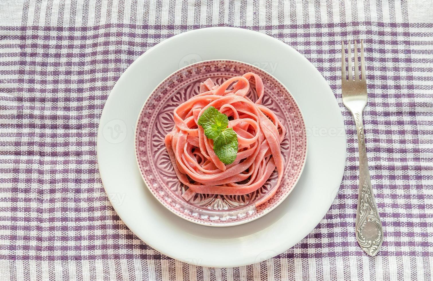 porção de macarrão colorido foto