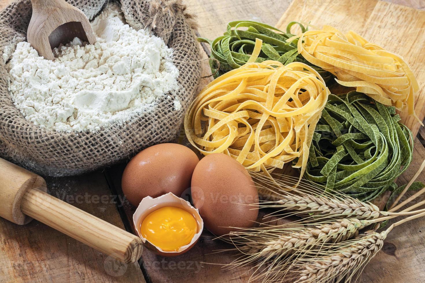 tagliatelle e ingredientes com fundo foto
