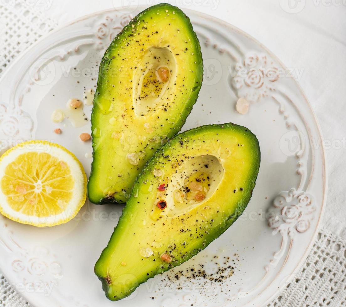 metades de abacate com manteiga sal e pimenta foto