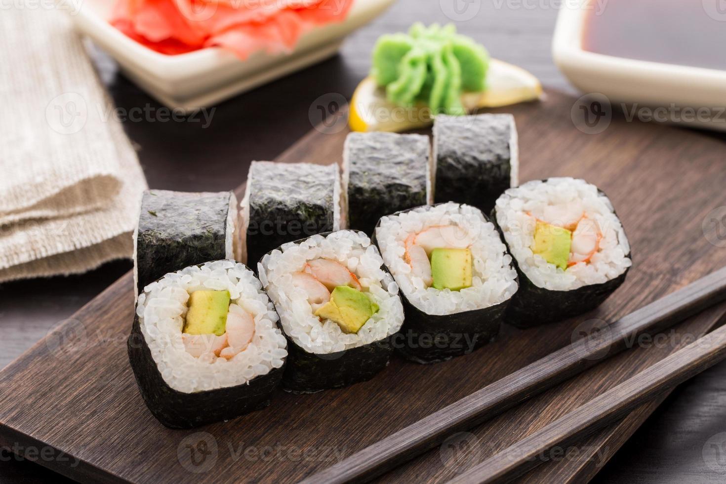 rolos de sushi com camarão e abacate foto