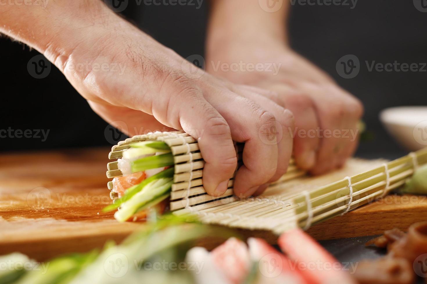 as etapas para criar sushi foto