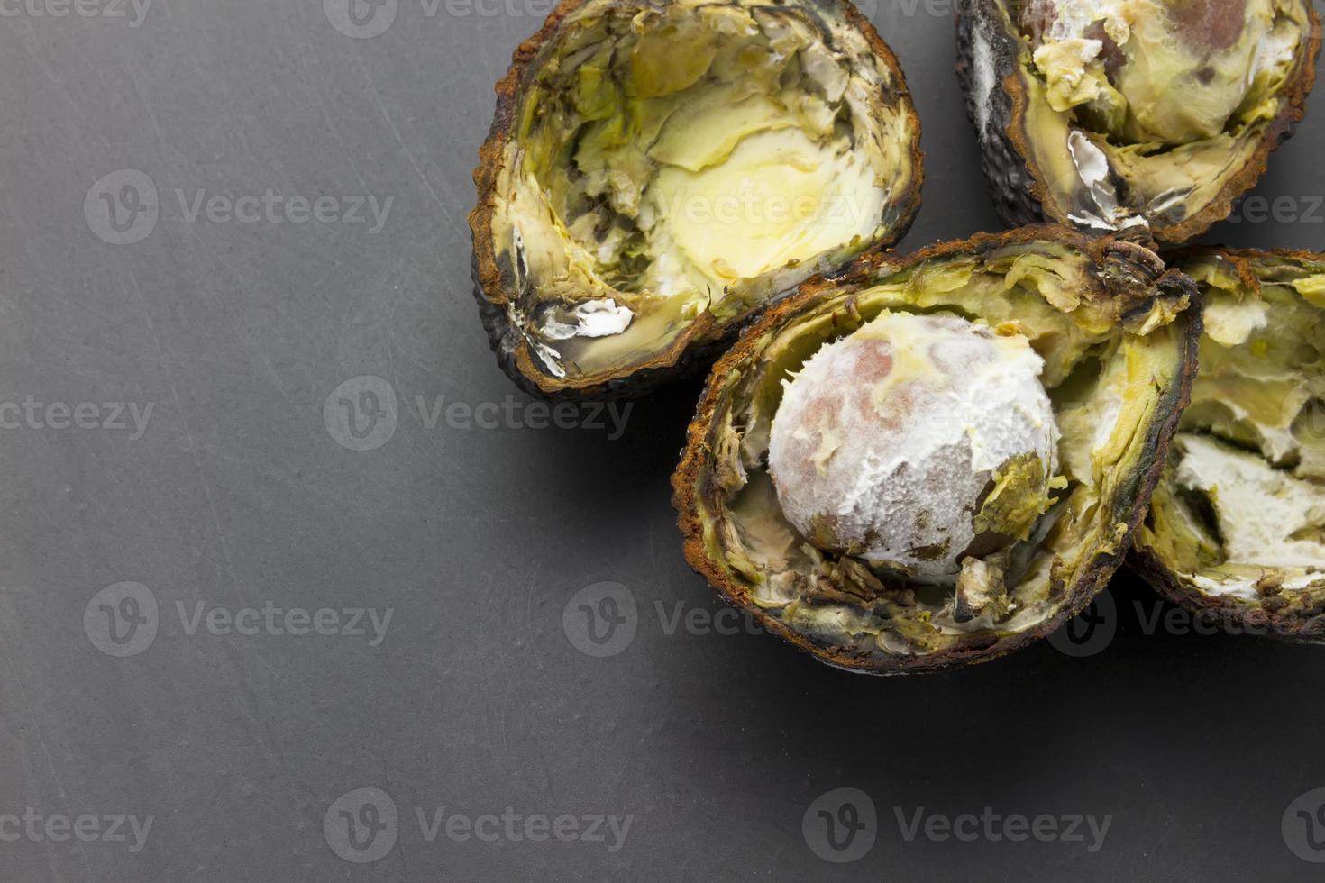 abacates podres cortados foto