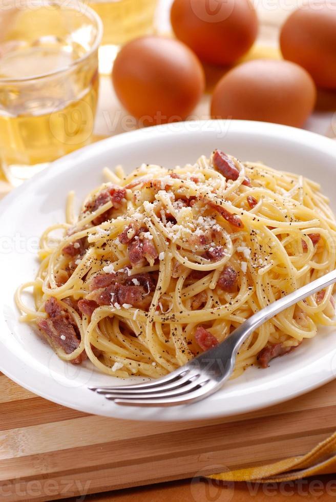espaguete à carbonara em um prato branco foto