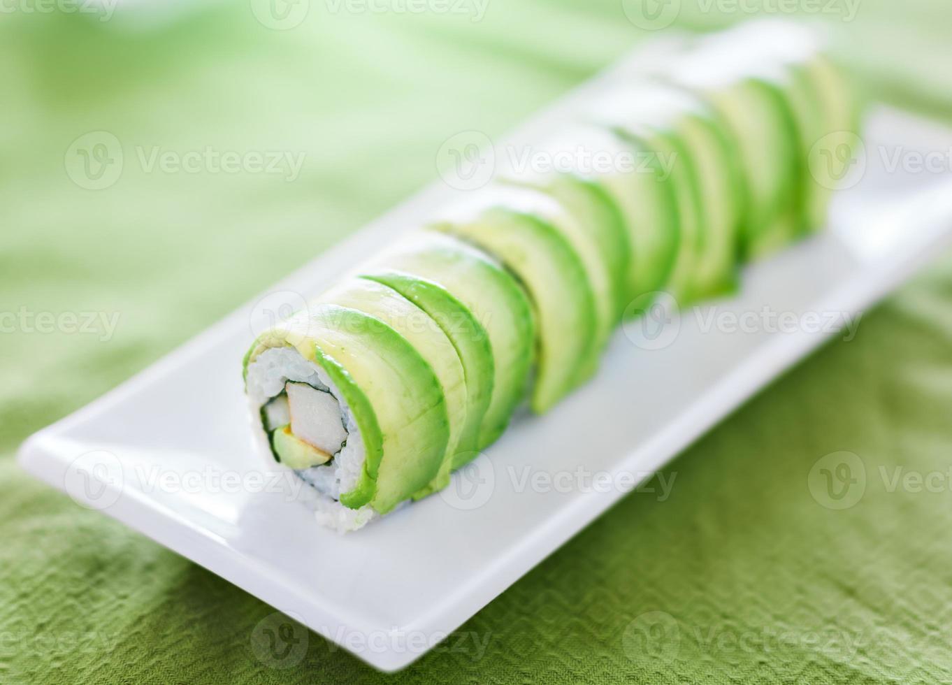 sushi - rolo de dragão com carne de abacate e caranguejo foto
