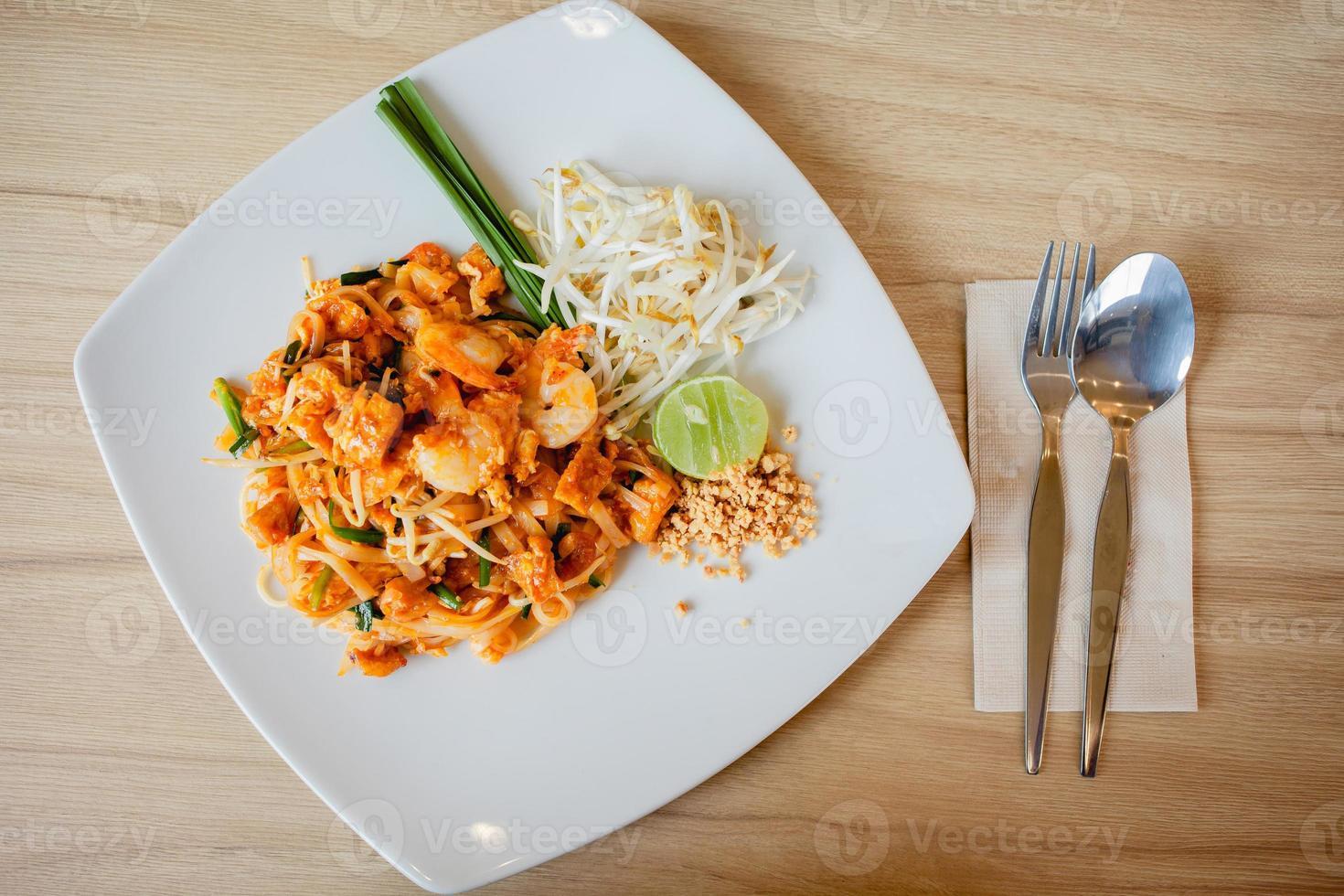 macarrão de arroz delicioso com close-up de camarão em um prato. horizontal foto