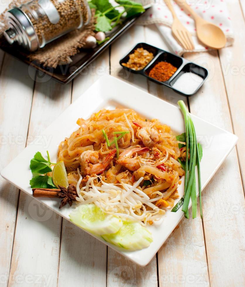 macarrão estilo tailândia, macarrão de arroz frito (pad thai) foto